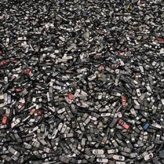 """王如晨:""""每年都换新手机""""背后的环保危机"""