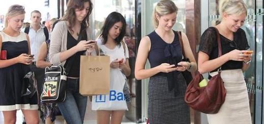 在线聊得越多现实对话越少:科技让人变得越来越不合群?